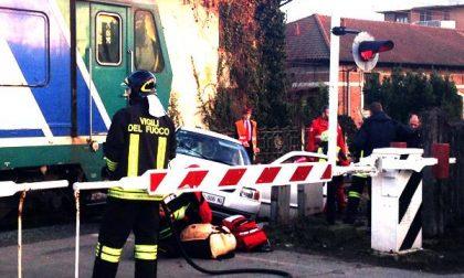 Oleggio: auto finisce contro un treno martedì pomeriggio