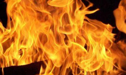 Oleggio: fiamme dal tetto di un edificio di via San Giovanni