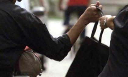 Viale Giulio Cesare: derubata della borsetta lungo la pista ciclabile
