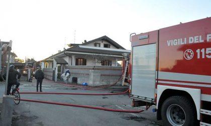 Incendio al tetto di una villa a Cameri