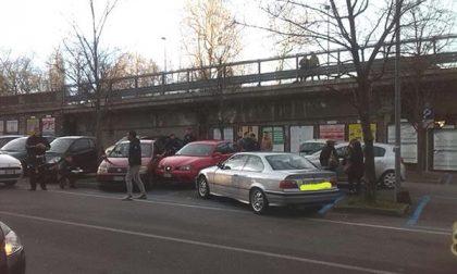 Incidente in corso Cavallotti: auto finisce contro tre veicoli in sosta