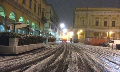 Nevicata su Novara: in azione i mezzi e gli operatori Assa (GALLERY)