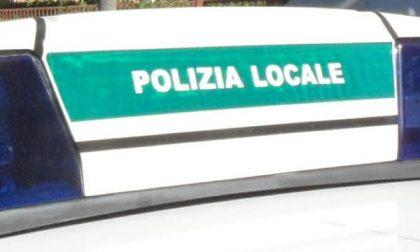 Passeggera di un'auto multata sul cavalcavia XXV Aprile offende gli agenti e viene denunciata