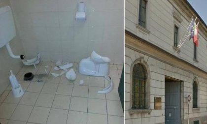 Viale Manzoni: vandali in azione. Distrutti i bagni al servizio degli utenti degli uffici comunali