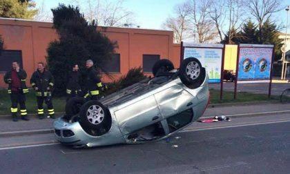 Auto rovesciata sulla carreggiata dopo un incidente in viale Curtatone