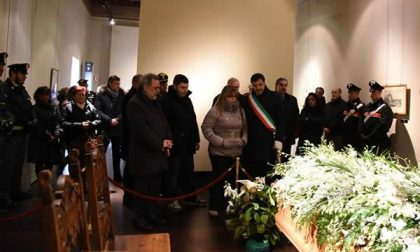Grande afflusso alla camera ardente allestita al Broletto per Francesco Caldara