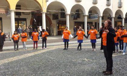 """In piazza Duomo il """"Girotondo in Arancione"""" (VIDEO)"""