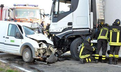Incidente a Olengo: scontro tra un furgoncino e un tir (FOTO)