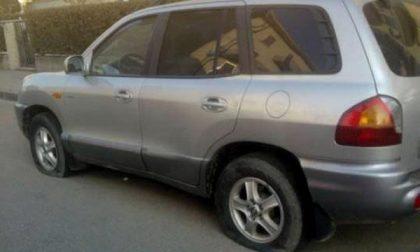 Via Bossi: consigliere comunale ritrova l'auto con tutte e 4 le ruote bucate