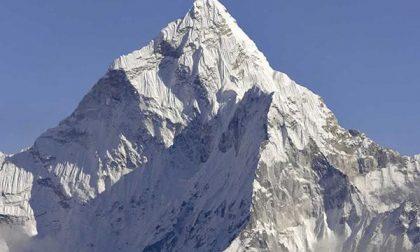 Bloccati sull'Everest due giovani novaresi