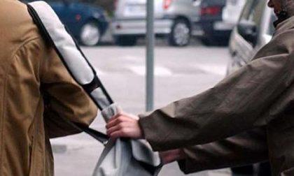 Col trucco le rubano la borsetta