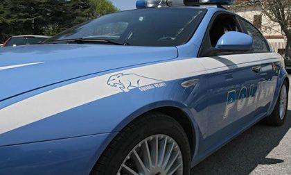 Due sospetti fuggono, rubando un'auto