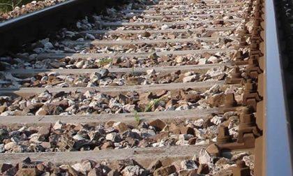 Sbarre alzate e treno che passa poco prima delle 2 ad Alzate di Momo