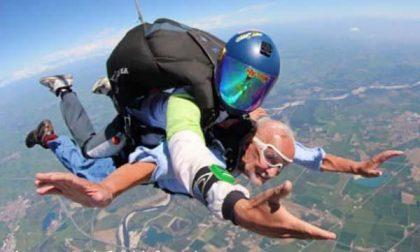 A 91 anni in volo con il paracadute