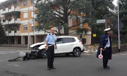 Auto contro una recinzione in via Adamello