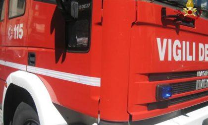 Incendio sul tetto di una carrozzeria a Nibbiola