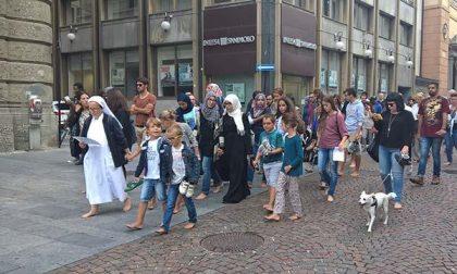 Alcune centinaia di novaresi hanno aderito alla Marcia delle donne e degli uomini scalzi