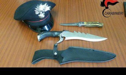 Trecate: fermato con due coltelli proibiti in auto
