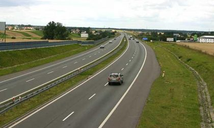 Guida in autostrada contromano tra Biandrate e Balocco
