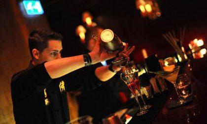 Ubriaca, infastidisce i clienti di un bar e picchia i poliziotti intervenuti