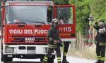 Motocicletta in fiamme dopo scontro con auto: ferito un 55enne