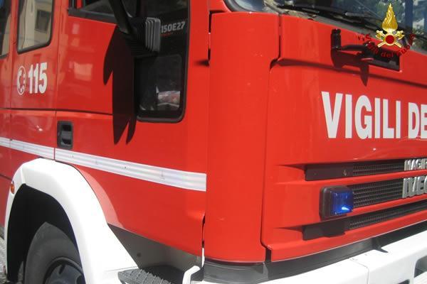 Camion s&#8217&#x3B;incendia alla rotonda