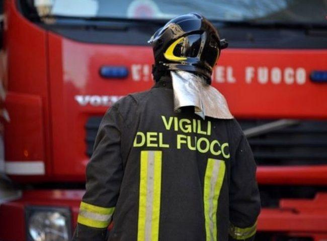 Torino, incendio in deposito di plastica: allerta ambientale, verifiche dell'Arpa