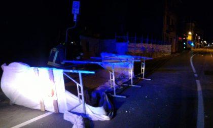 Forte vento nella notte: ponteggio cade in strada LE FOTO
