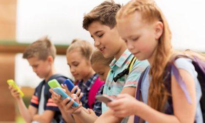 Troppi smartphone ai bambini: tre su cinque lo posseggono