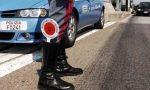 Arona motociclista non si ferma dopo un incidente: rintracciato dalla Polizia