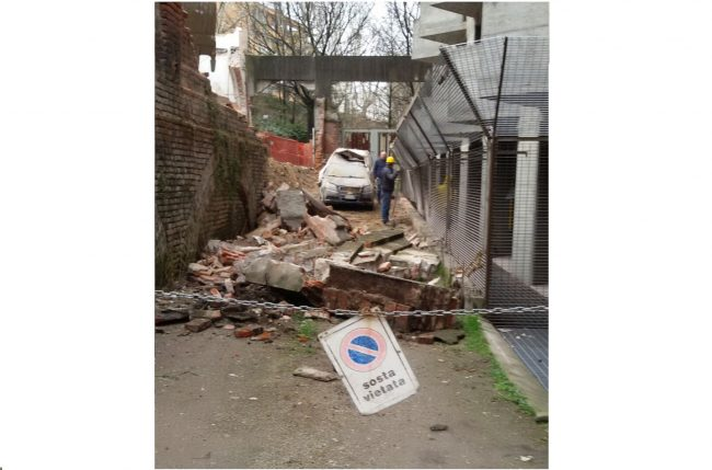 Novara crolla muro sopra a due auto