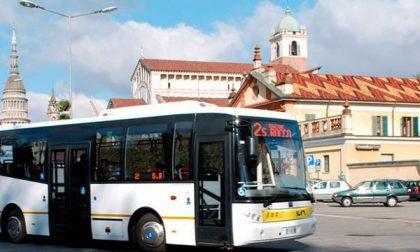 Novara brandisce un bastone a bordo di un autobus: fermato dalla polizia locale