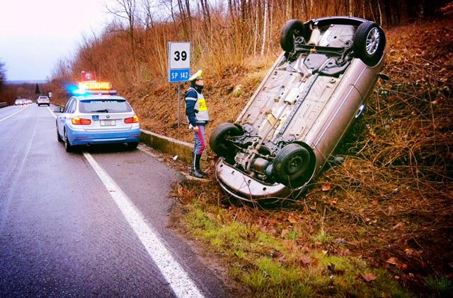 Incidente sulla provinciale 142: auto ribaltata