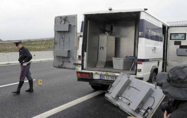 Autostrada chiusa per l'assalto a portavalori