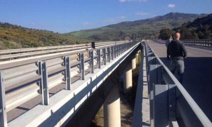 Cade intonaco da viadotto sulla A26