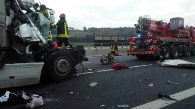 Scontro tra camion sull'autostrada Torino-Milano