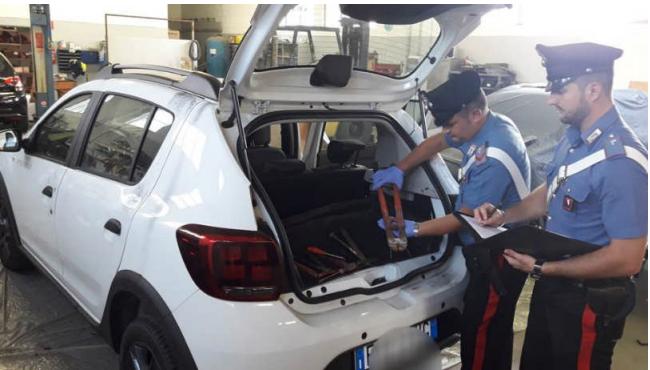 Cittadini segnalano auto sospetta: i carabinieri la trovano piena di arnesi da scasso