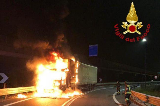 Paura per un camion in fiamme al casello di Novara