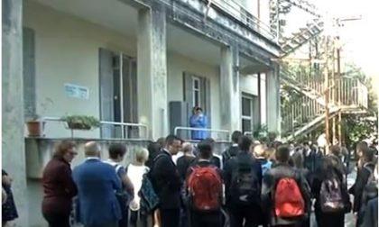 Scuola pericolosa: gli studenti fanno lezione in strada per protesta
