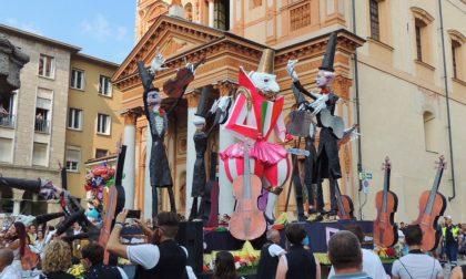 """Sfilata dei carri, vince """"L'orchestra del sindaco"""" FOTOGALLERY"""