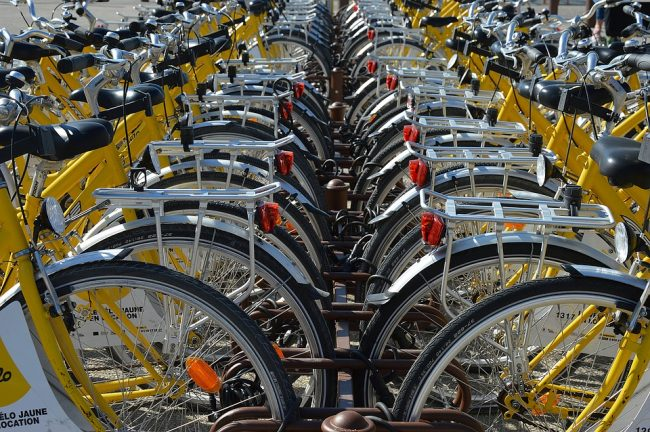 Pedalare in bicicletta fra benessere e inquinamento