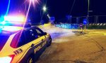 Romagnano camion perde casse d'acqua minerale: strada chiusa