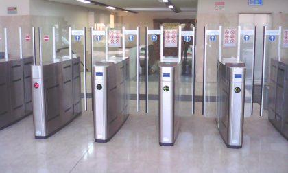 Metro Milano: corre per entrare senza biglietto e si schianta contro il vetro distruggendolo