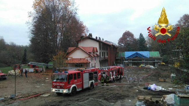 Gattico, tetto in fiamme in un cantiere