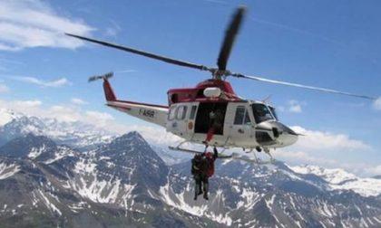 Momenti di terrore sul Monte Bianco: alpinista precipita, lo trattiene il compagno di cordata