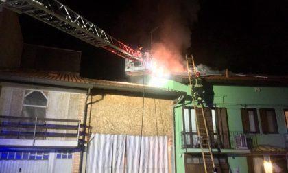 Cameri a fuoco il tetto di una casa