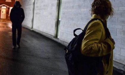 Giallo a Borgomanero: uomo su Alfa 147 minaccia le donne