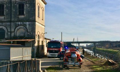 I Vigili del fuoco recuperano un cadavere nel canale Quintino Sella a Novara