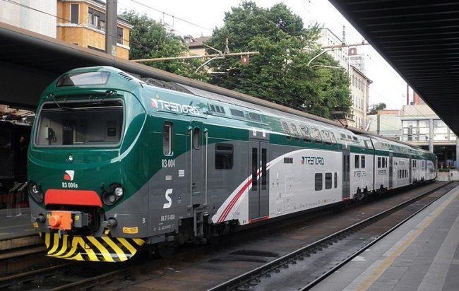 Treno sovraffollato si rompe una porta caos in stazione
