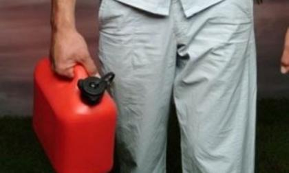 """Lesa shock: cosparso di benzina """"Dacci i soldi o lo bruciamo vivo"""""""